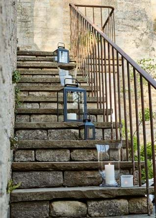 HURRICANES_AND_LANTERNS_ON_STAIRS_004